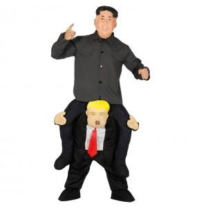 Travestimento adulto Kim Jong-un su Donald Trump a cavallucio per una serata in maschera