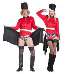 L'originale e divertente coppia di Guardie inglesi esibizioniste per travestirsi con il proprio compagno